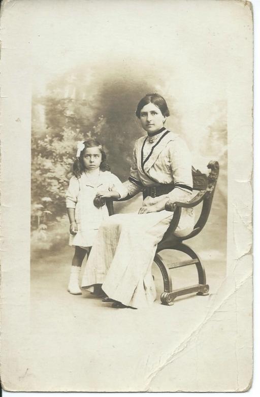Marie-Louise Faucillon et sa fille Yvonne Goudard vers 1914